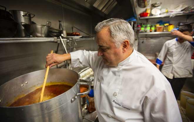 Antonio Cosmen, un chef que arrasa haciendo cocido