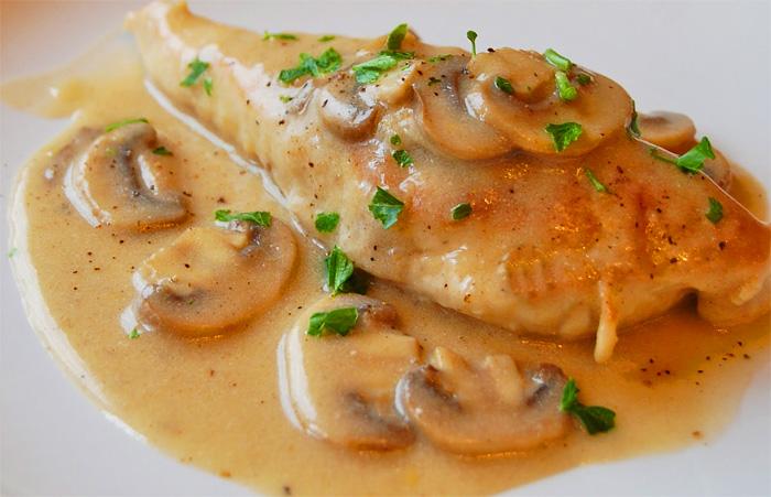 Suprema de pollo rellena en salsa de  champiñones