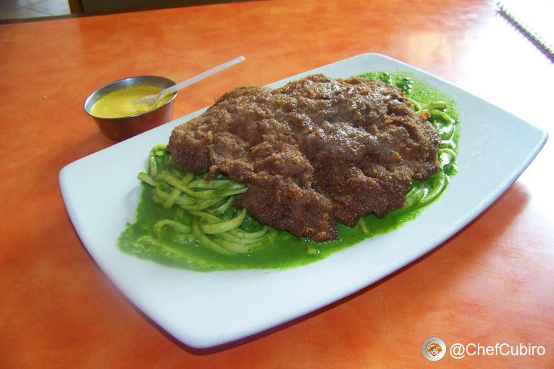 Tallarines verdes con bistec apanado
