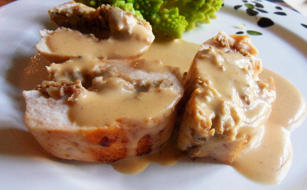 Supremas de pollo rellenas en salsa de champiñones