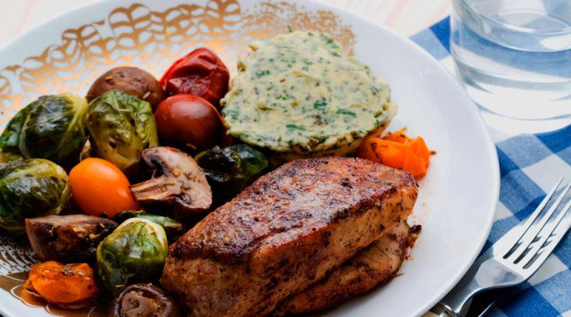 Pollo con tricolor de verduras y mantequilla de hierbas