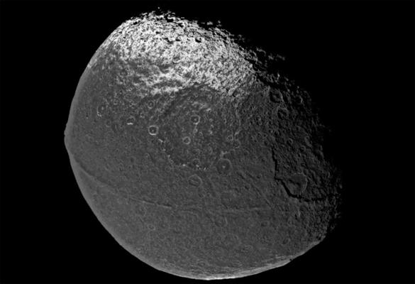 Japeto, la misteriosa luna de Saturno es la luna más misteriosa del sistema solar