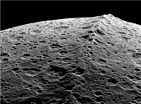 japeto la luna de saturno es la luna mas misteriosa del sistema solar